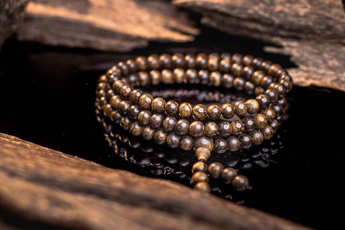 Đeo vòng tay trầm hương thì nên đeo bên tay nào?