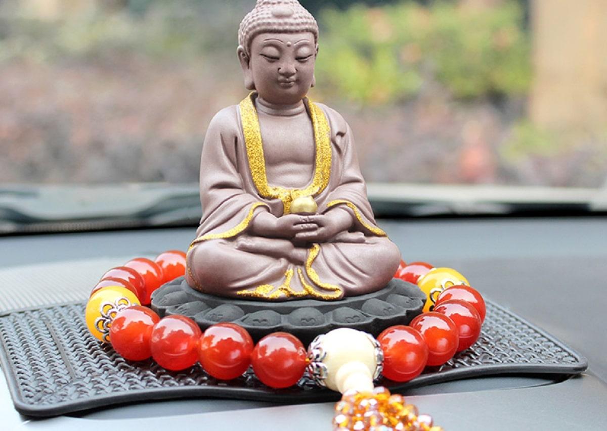5 Cách đặt tượng Phật để xe ô tô mà bạn phải biết - MuCAR